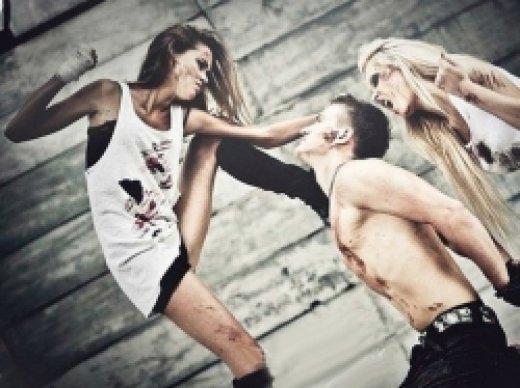 Женщина бьет мужчину за секс